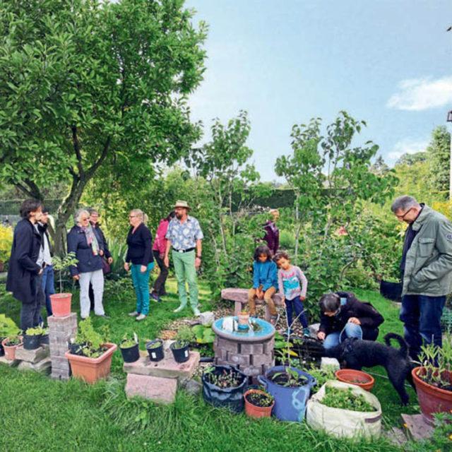 Die offene Gartenstruktur der Anlage Mitte-Ost soll das Miteinander stärken: Tatjana Vollrath und Michael Wiederstein (Mitte) erklären das Konzept.